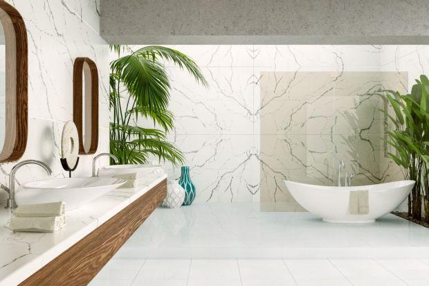 W minimalistycznych łazienkach coraz częściej i powszechniej stosowane są konglomeraty kwarcytowe. Można z nich wykonywać nie tylko okładziny ścienne, ale też blaty.