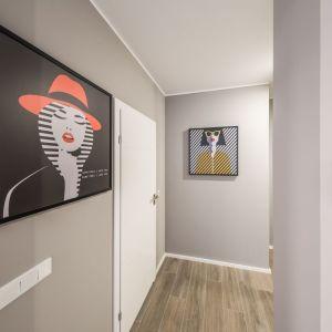 Przedpokój nie musi oznaczać pustych ścian - to dobre miejsce na pokazanie pasji i zainteresowań mieszkańców. Projekt: Kodo Projekty i Realizacje. Fot. Kodo