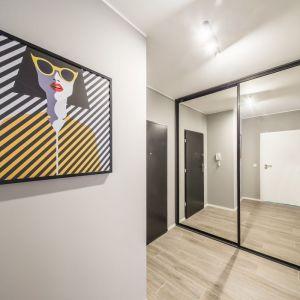 W aranżacji przedpokoju warto uwzględnić dekoracje, które nie tylko urozmaicą przestrzeń, ale także nadadzą jej osobistego wyrazu. Projekt: Kodo Projekty i Realizacje. Fot. Kodo