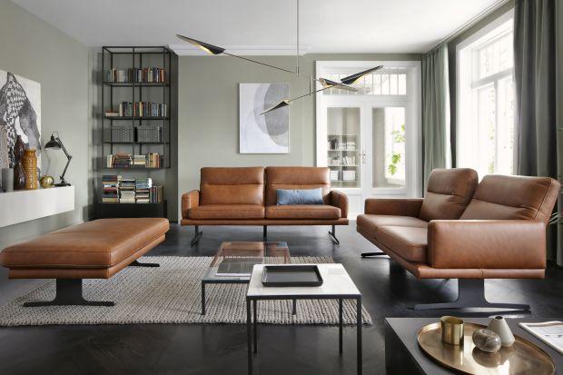 Mając do dyspozycji dużą przestrzeń i dwie sofy, można zaaranżować kącik wypoczynkowy ciekawie i funkcjonalnie. Takie rozwiązanie to również możliwość zmieniania układu salonu, w zależności od potrzeb i upodobań.