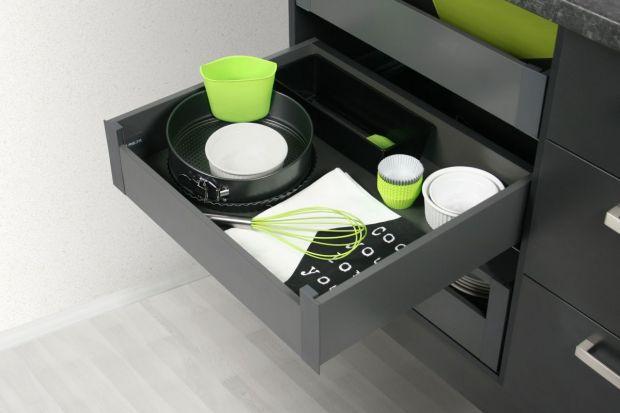 Szuflady to jedno z najbardziej funkcjonalnych rozwiązań stosowanych w meblach kuchennych. Nic dziwnego, że grono ich zwolenników systematycznie się powiększa.