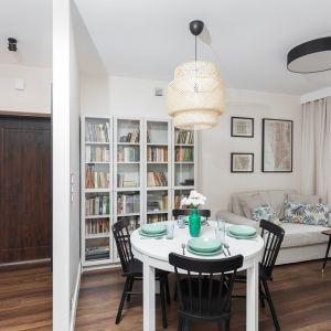 Jeśli w mieszkaniu jest dość duży stół, w kąciku wypoczynkowym wystarczy  niewielka sofa i stolik kawowy. Realizacja Clue Design/Dekorian