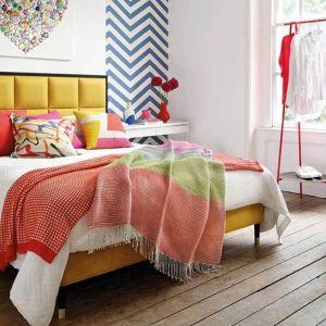 Kolorowy fotel będzie w sypialni ciekawym elementem dekoracyjnym. Fot. Hypnos Beds