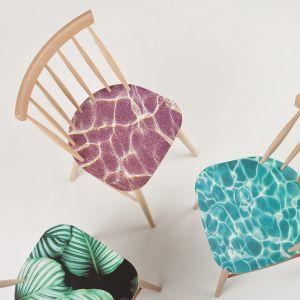 Krzesła z oryginalnym printem na siedziskach. Fot. Paged
