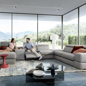 Rozłożysty narożnik modułowy Plaza idealnie nadaje się do dużego pokoju dziennego. Fot. Gala Collezione