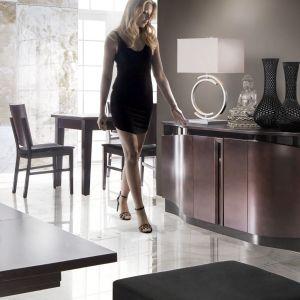 """Zaletą komód jest stworzenie w przestrzeni salonu bądź jadalni dodatkowego miejsca do przechowywania. Na zdjęciu: komoda z kolekcji """"Diuna"""" firmy Mebin. Fot. Mebin"""