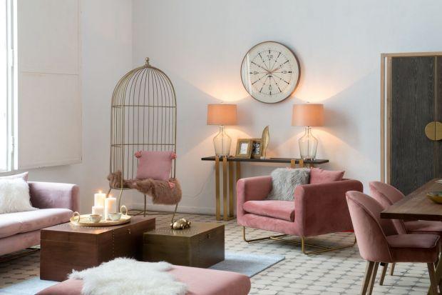 """Kolekcja """"Pastel Blush"""" to synergia łagodnych barw i prostych form, w której pastelowe kolory przeplatają się ze złotymi akcentami widocznymi w elementach dekoracyjnych czy w obramowaniu luster. Takie połączenie pozwala uzyskać efekt nie"""