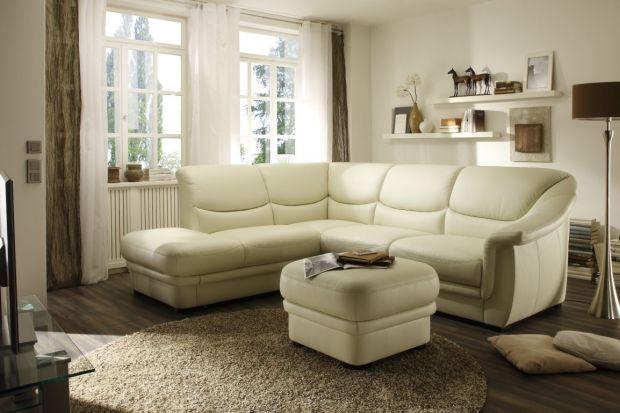 Sofa jest niekwestionowaną królową salonu. Puf wygląda przy niej niczym dworzanin. Tym niemniej potrafi się przydać, a na pewno ubarwić wnętrze.