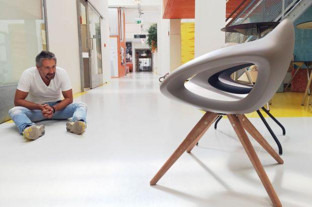 We współczesnych wnętrzach krzesło przestało być już tylko i wyłącznie jednym z elementów użytkowych. Owszem, jego podstawową funkcją wciąż jest zapewnienie wygodnego i bezpiecznego siedzenia. Tym niemniej ostatnimi czasy zdecydowanie wzros