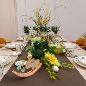 Propozycja dla tych, którzy lubią dekoracje kwiatowe, kolorowe pisanki i zastawę stołową z radosnymi detalami. Fot. Action