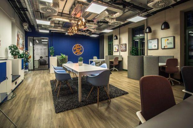Biuro zaprojektowane dla zespołu Lloyd Properties miało przede wszystkim uwzględniać nowoczesny, elastyczny model jego pracy. Ramę dla aranżacji wnętrza stworzyła specyficzna lokalizacja - warszawska Hala Koszyki. Jak połączyć zabytkowe element