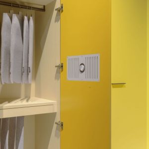 Drzwi szafy z głośnikiem. Fot. Raumplus