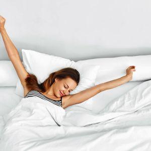 W nocy alergicy potrzebują błogiego i nieprzerwanego snu, by zregenerować osłabiony organizm. Dlatego też warto postarać się o to, aby miejsce do odpoczynku było przestrzenią całkowicie przyjazną i bezpieczną. Fot. 123RF