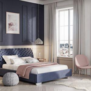 Łóżka w stylu glamour najczęściej mają duże wezgłowia, w pikowaniu angielskim, co nadaje im bardzo eleganckiego oraz pełnego przepychu wyglądu. Fot. Materiały prasowe Publicum