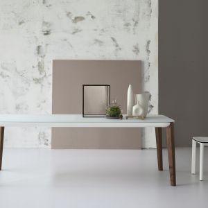 Stół z białym blatem na drewnianych nogach.. Fot. Bonaldo