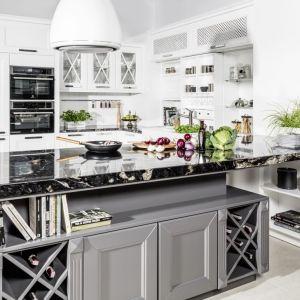 """Dominującą kolorystyką w kuchni """"Stafford"""" (Halupczok Kuchnie i Wnętrza) jest ponadczasowa biel. Fot. Halupczok Kuchnie i Wnętrza"""