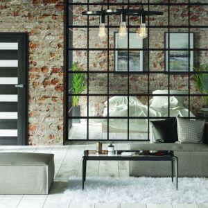 Ażurowa ścianka działowa optycznie powiększa przestrzeń. Fot. Classen