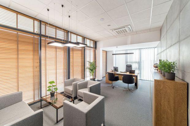 Jak zaprojektować nowoczesne biuro, które łączy funkcjonalność z designem, a jednocześnie przez swoją kreację odzwierciedla charakter marki? O tym, że jest to możliwe, przekonuje siedziba firmyElhurt Plus.