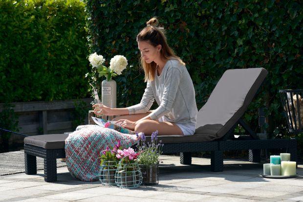 """Latem ogród staje się wymarzonym miejscem do spędzania czasu przez domowników. Dlatego należy zadbać o urządzenie salonu """"pod chmurką"""" w taki sposób, aby podczas ciepłych dni był on prawdziwą oazą, która pozwoli zrelaksować się i"""