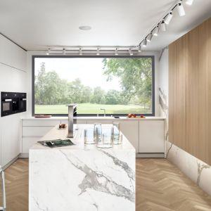 Biel z drewnem w kuchni o nowoczesnej stylistyce. Fot. Zajc