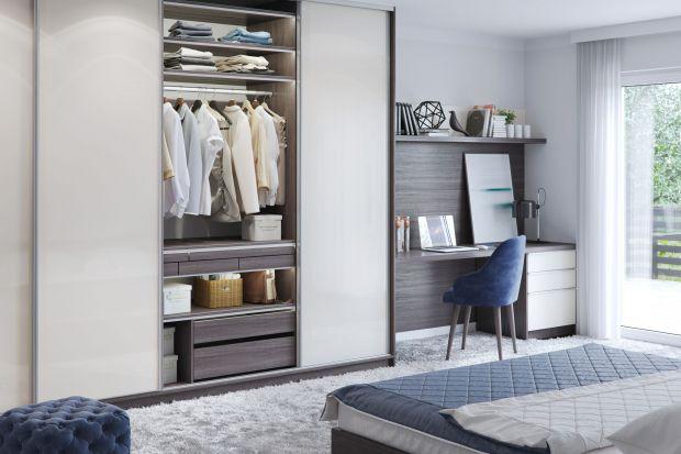 Idealna sypialnia powinna być miejscem zapewniającym relaks i komfortowy wypoczynek. Dlatego staramy się w niej unikać nadmiaru przedmiotów. Pomocne w tym bywają meble z funkcją przechowywania.