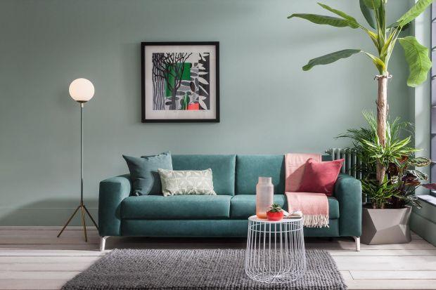 Sofa w ciekawym kolorze doda wnętrzu energii i ożywi całość. Chociaż wciąż największą popularnością cieszą się szarości, warto wyłamać się z tego trendu i postawić na coś innego!