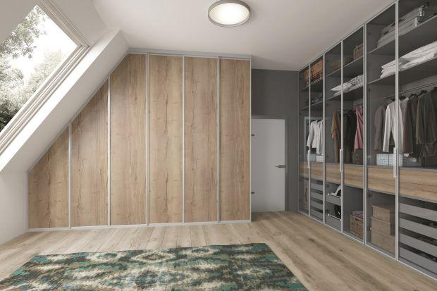 Nawet w niewielkim mieszkaniu można stworzyć przestrzeń, która będzie pełniła funkcję garderoby. Nie musi być bardzo duża, wystarczy, że będzie dobrze zaplanowana i funkcjonalna.