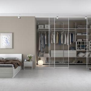 Niewielka garderoba w sypialni. Fot. Komandor