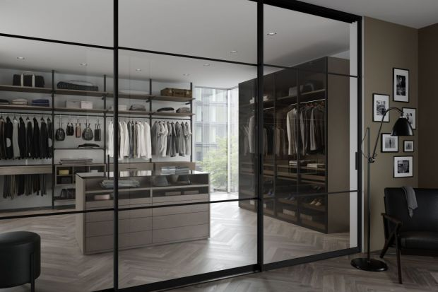 Garderoby ze szklanymi drzwiami - modne rozwiązania
