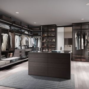 Garderoba firmy Raumplus, w której zastosowano drzwi wypełnione taflą szkła. Fot. Raumplus