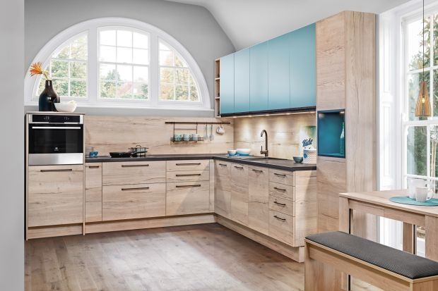Kuchnie w dwóch kolorach to jeden z najpopularniejszych trendów w meblarstwie i aranżacji wnętrz. Najchętniej wybierane są połączenia bieli, szarości lub wyrazistych kolorów z drewnem lub dekorami odwzorowującymi drewno.