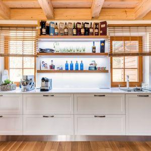 Biel z drewnem to idealne połączenie w przytulnej kuchni. Fot. Technistone
