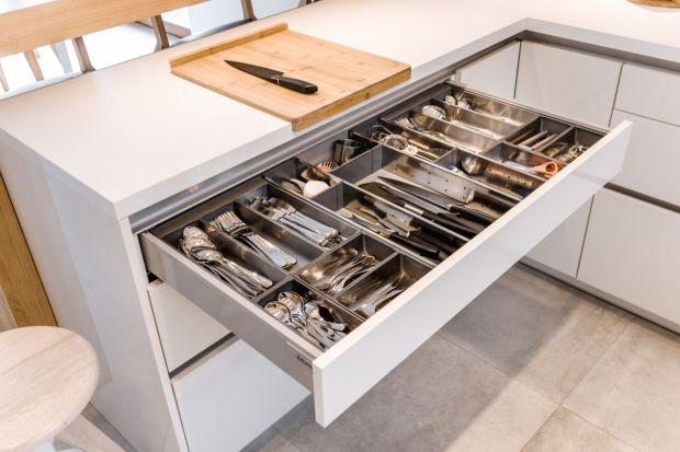 W kuchennej zabudowie liczy się każdy centymetr, który można zagospodarować, Dlatego coraz częściej stosuje się szuflady o zróżnicowanej wysokości, dopasowujące się do spersonalizowanych potrzeb użytkowników mebli.