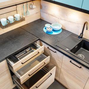 """W systemie """"KamPlus"""" mamy dużą swobodę aranżacji zabudowy kuchennej, ponieważ możemy zdecydować o ilości, wysokości poszczególnych modułów i układzie szuflad, który będzie dostosowany do preferencji użytkownika oraz wymogów pomieszczenia. Fot. Kam"""