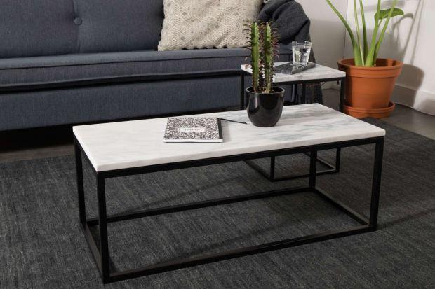 Marmur to materiał, które efektownie wygląda, pięknie się starzeje i pasuje do niemal wszystkich stylów wnętrz. Szczególnie chętnie wykonuje się z niego blaty stołów i stolików.