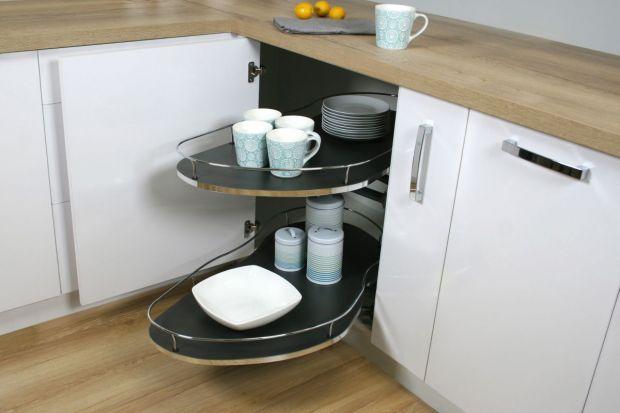 Szafki narożne gwarantują dużo miejsca do przechowywania, które w kuchni jest na wagę złota. Jednak żeby zapewnić komfortowe korzystanie z nich, należy zastosować profesjonalne i sprawdzone akcesoria meblowe.
