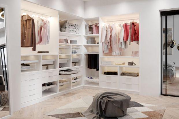 Profesjonalnie zagospodarowana garderoba znacznie podnosi funkcjonalność domu. Zastępuje duże szafy i komody, dlatego musi być zaopatrzona w odpowiednie szafki, szuflady i wieszaki.