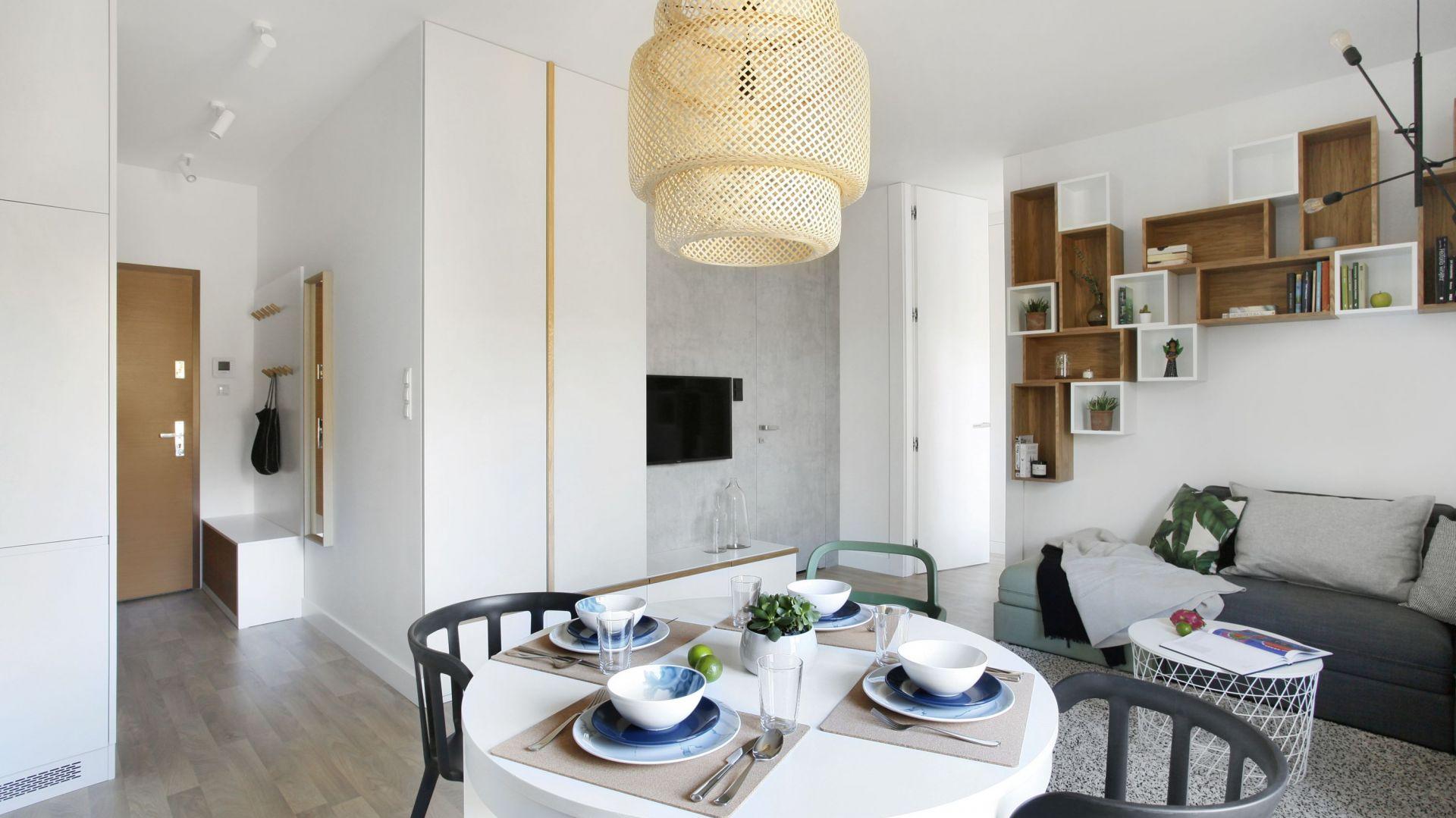 Apartament w Gdyni ma wiele nawiązań do stylu skandynawskiego. Realizacja StudioLOKO/Inter Door