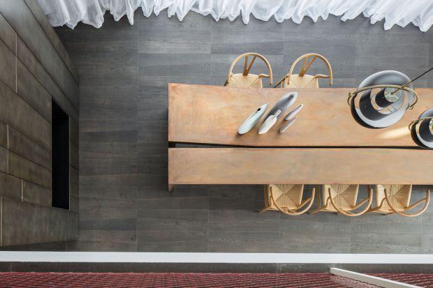 Meble z naturalnego, pięknie starzejącego się drewna, jasne kanapy, lustra, ceramiczne dekoracje… Apartament w Tel Awiwie, zaprojektowany przez pracownię Anderman Architects, sprawia wrażenie minimalistycznego, a jednocześnie pełnego ciepła i ś