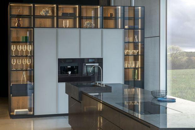 Fronty szafek górnych w zabudowie kuchennej mogą być wykonane z wielu materiałów. Do najpopularniejszych należą drewno i płyty, choć warto też zwrócić uwagę na szkło, które jest niezwykle dekoracyjne i daje szerokie możliwości aranżacyjn