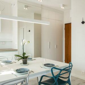 Białe elementy wyposażenia niemal wtapiają się tutaj w tło, dzięki czemu pomieszczenia zyskują na przestronności. Projekt: Kodo. Fot. Kodo