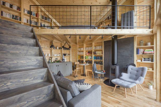 WAdelinie niedaleko Warszawy stanął Bookworm Cabin, czyli chatka do czytania. To idealne miejsce dla wszystkich szukających ucieczki od wielkomiejskiego zgiełku. Zobaczcie, jak wygląda wnętrze tego niezwykłego domku.