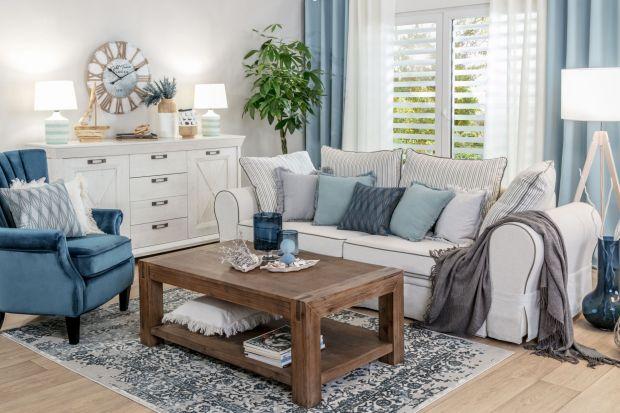 Podstawą stylu Hampton są jasne kolory, wygodne, miękkie sofy i fotele, drewniane meble i stylowe dodatki. Łączy on elegancję z typową dla wakacji beztroską.<br /><br />