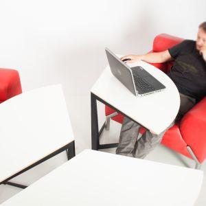 Stolik Moon ułatwi pracę w domu. Fot. Nowymodel.org