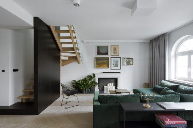 Otwarta kuchnia w bieli, sofa w kolorze butelkowej zieleni, gabinet z wydzieloną biblioteką – a wszystko to w tradycyjnym, eleganckim stylu. Tak prezentuje się apartament na warszawskich Filtrach, autorstwa pracowni projektowej Madama.