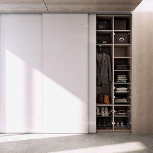 W przypadku szaf z drzwiami przesuwnymi możemy w dowolny sposób dobrać rodzaj wykończenia drzwi. Fot. Komandor