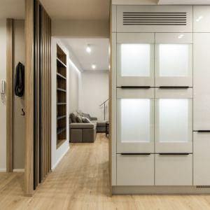Pamiętajmy, że przestrzeń przedpokoju powinna być spójna, w zakresie formy czy wykorzystanych materiałów, z pozostałymi pomieszczeniami mieszkania. Projekt: Kodo Projekty i Realizacje. Fot. Kodo