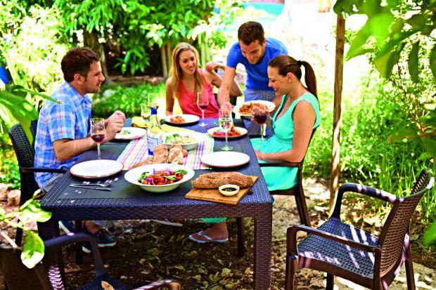Latem chętnie spędzamy każdą wolną chwilę na świeżym powietrzu, często jednocześnie spożywając posiłki.Bardzo ważnym elementem ogrodowej jadalni jest stół. Radzimy, jak go wybrać, aby cieszyć się nie tylko jego funkcjonalnością, ale