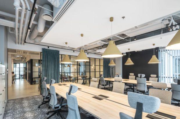Zaprojektowane przez The Design Group biuro coworkingowe Solusions Rent jest eleganckie i inspirujące. Zastosowano w nim wiele nowoczesnych rozwiązań, sprzyjających koncentracji i produktywnej pracy.