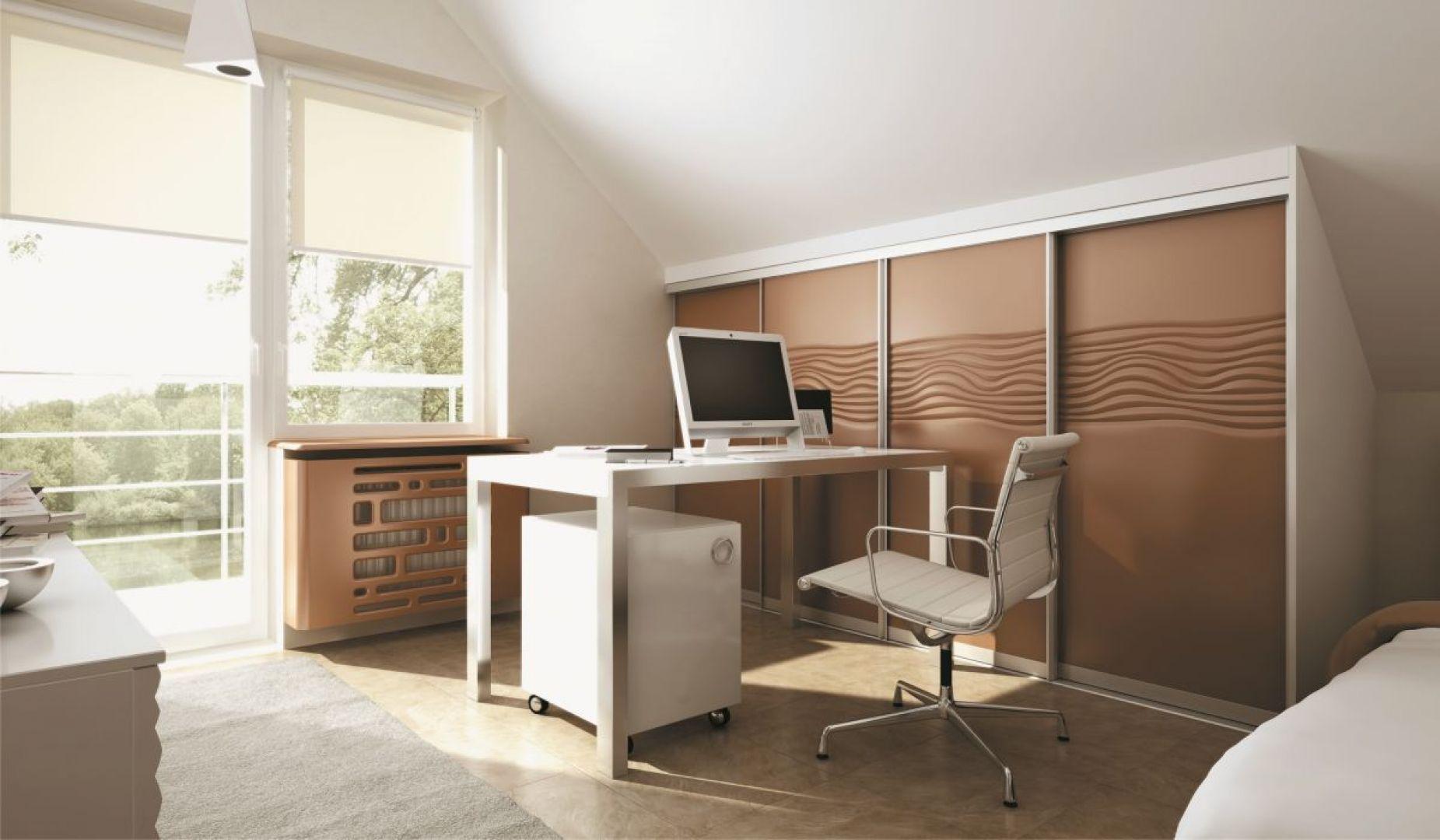 Biuro na poddaszu - przykład zastosowania szafy z drzwiami przesuwnymi na poddaszu. Fot. Komandor
